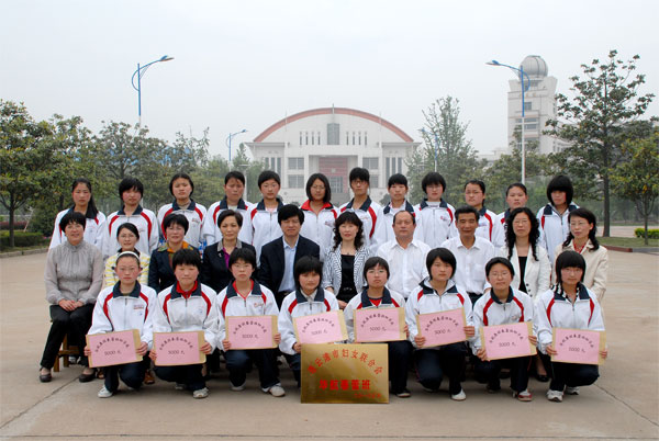 市妇联、华航集团在我校开展捐赠活动